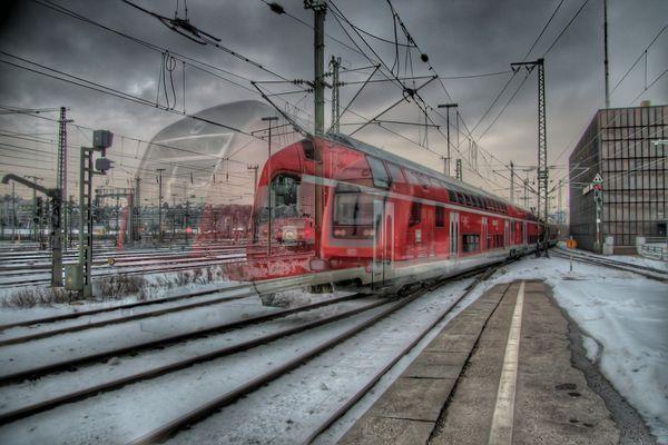 Stuttgart 2010, ausfahrender Regionalzug in HDR und Bewegung