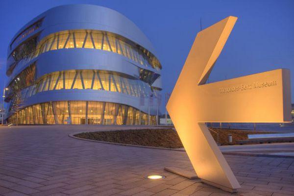 Stuttgart bei Nacht - Das Mercedes Museum