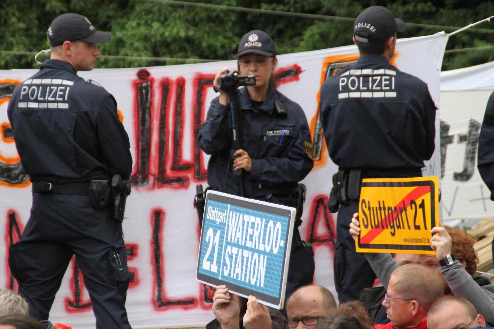 Stuttgart K21 -3 Polizisten schirmen  die Eingekesselten ab 14.6.11
