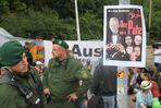 Stuttgart K21 Plakat: der PATE bei Räumung Sitzblockade 6.6.2011