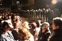 Stuttgart Park 30.9 Menschen diskutieren - vor Baumfällung
