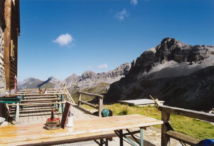 Stuttgarter Hütte mit Blick ins Tirol