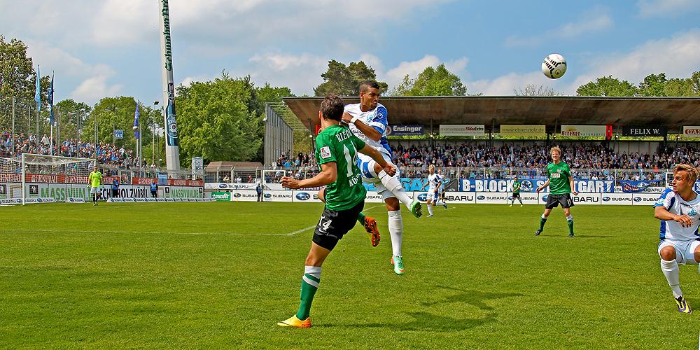 Stuttgarter Kickers vs Preußen Münster: R.-D. Fennell im Zweikampf