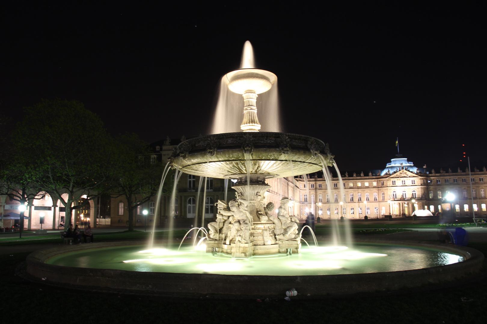 Stuttgarter Schlossbrunnen bei Nacht