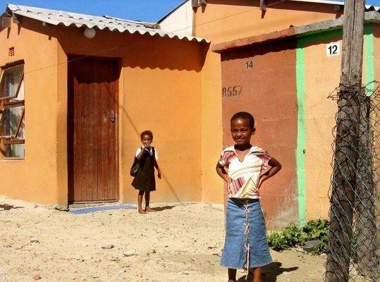 Süd Afrikanische Mädchen in einem Township in Kapstadt.