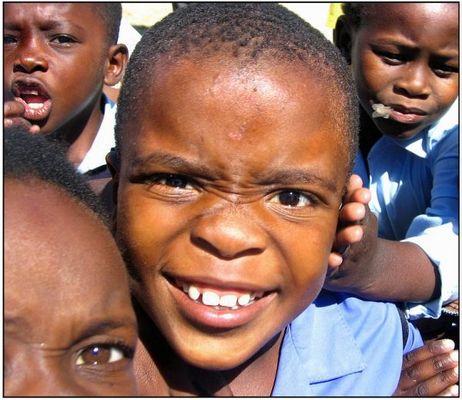 Südafrikanische Jungen auf einem Speilplatz in einem Township in Kapstadt.