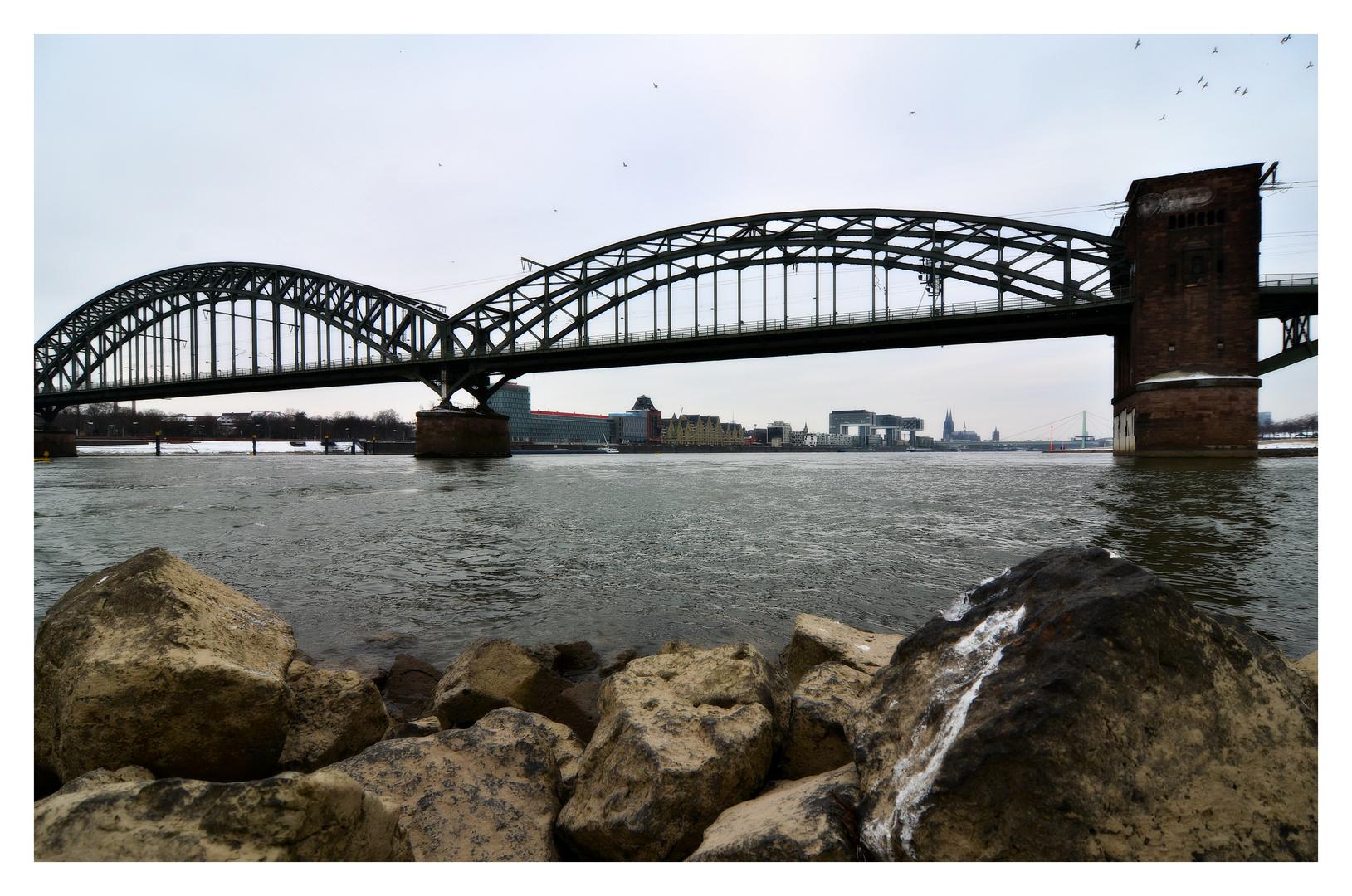 Südbrücke mit Hintergrund