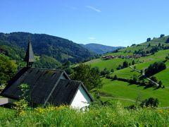 Südöstlicher Blick über die Friedhofskapelle Wieden im Südschwarzwald