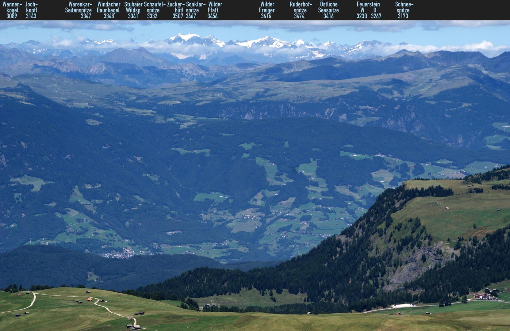 Südtirol: Blick von Schlernhochfläche auf die Stubaier Alpen