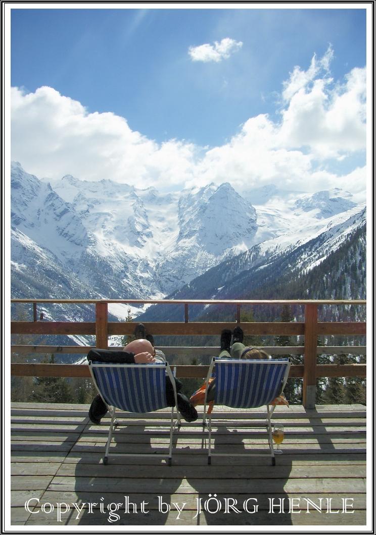 Südtirol / Italien - Vinschgau: Zwei, die sich beim Skifahren mal eine Pause gönnen.