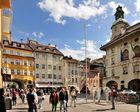 Südtirols Landeshauptstadt Bozen liegt zwischen den...