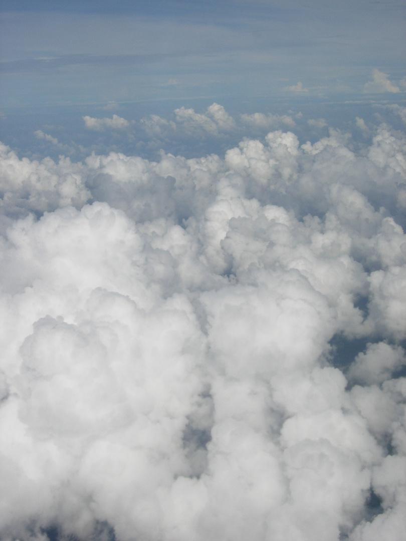 Suite-La rontondité de la Terre, vue la tête dans les nuages et assise dans un avion