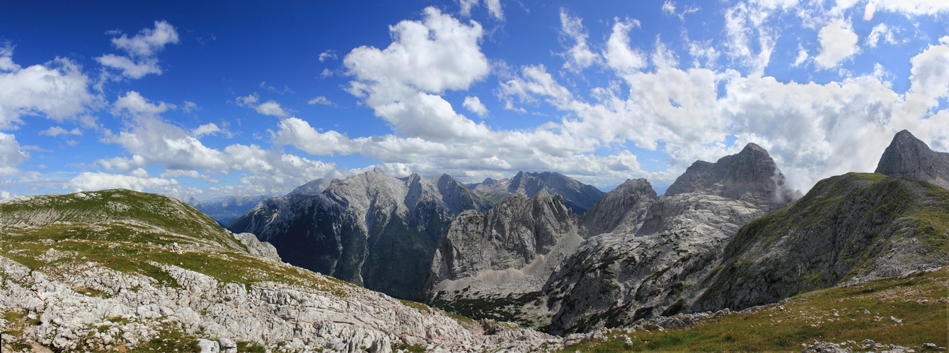 Summer views on the Wagendrischel Horn, Stadelhorn and the Berchtesgardener Alpen