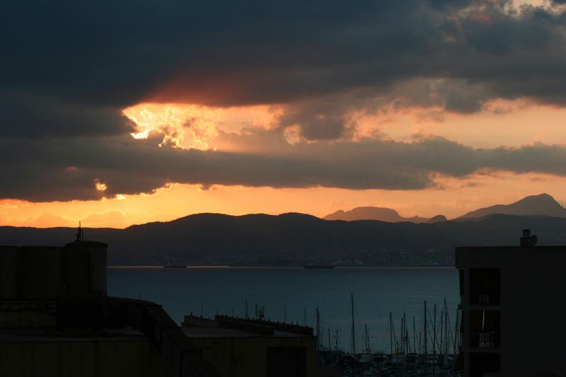 Sunset über dem Hafen von El Arenal