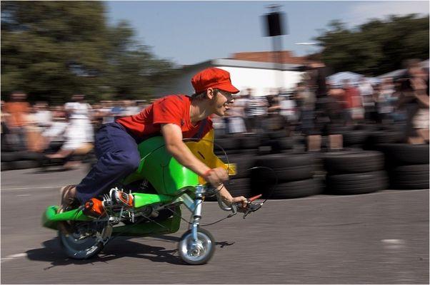 Super-Mario reitet den Akkuschrauber-Joshi