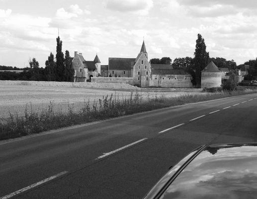 sur la route, à l'entrée du Louroux (37).