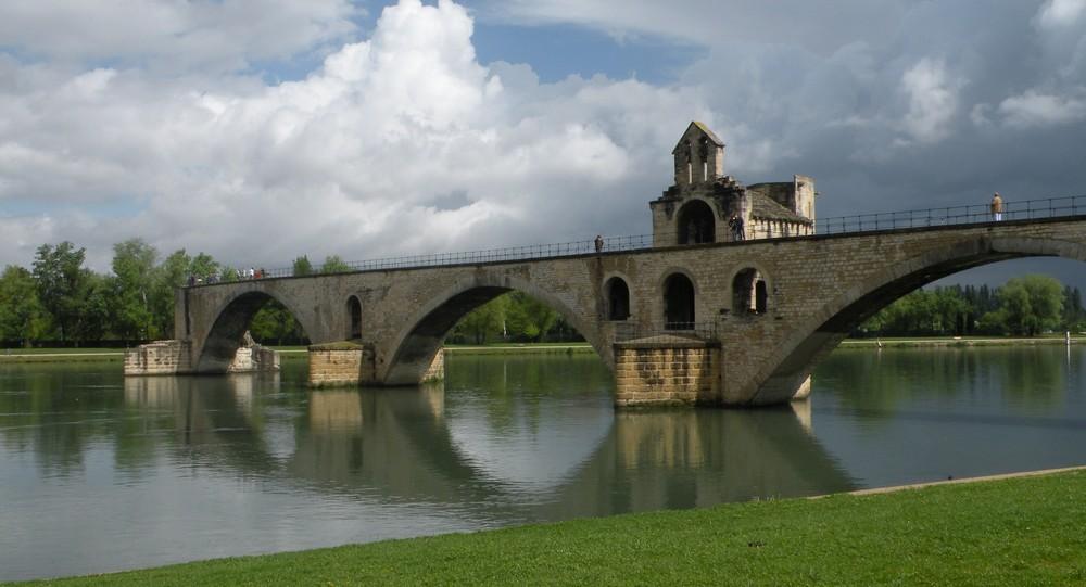 Sur le pont d'Avignon, on y danse, on y danse...........
