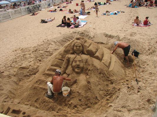 Sur le sable de Cannes, une sculpture