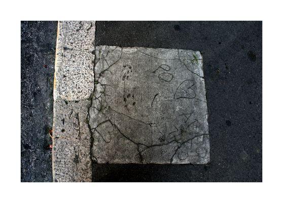 Sur le trottoir, coeurs de pierre, l'histoire s'écrit...