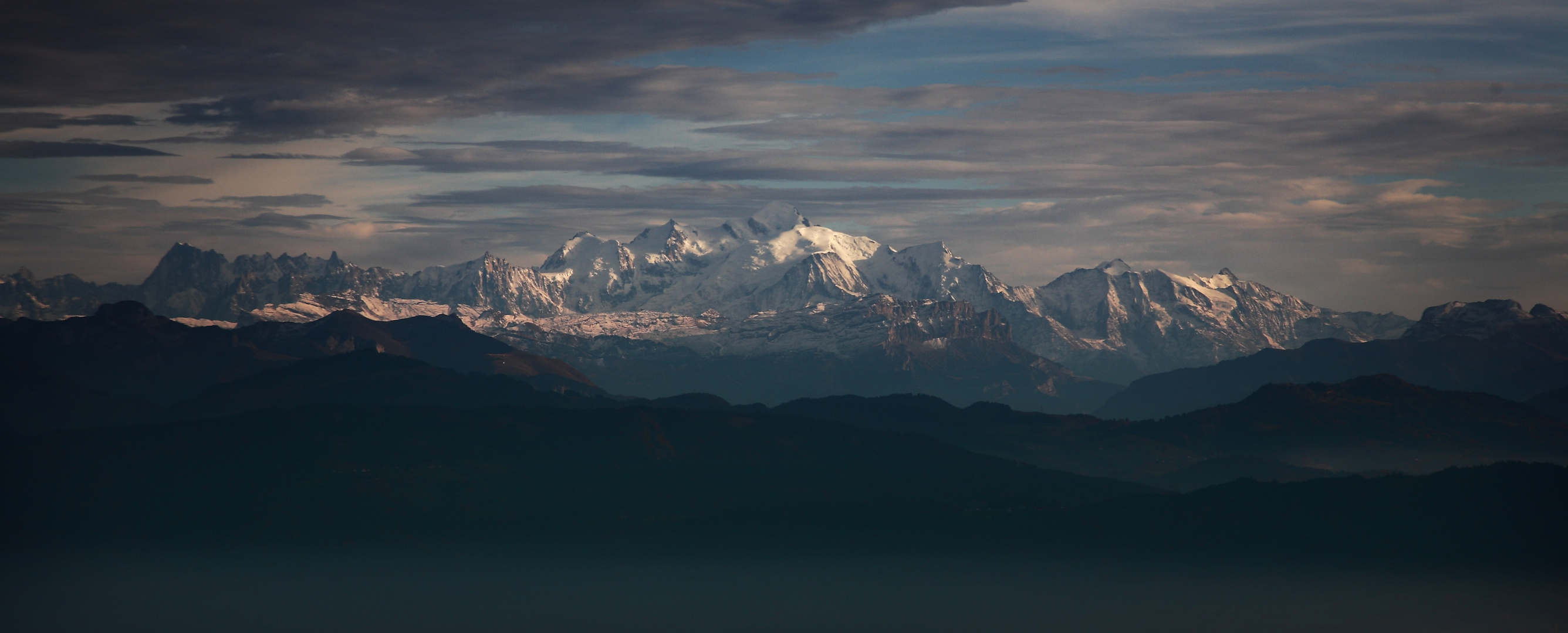 Sur le vol du retour, en finale pour la piste 23 à Genève, le massif du Mont-Blanc.