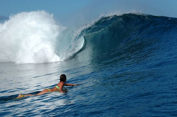 Surfchick in Teahupoo