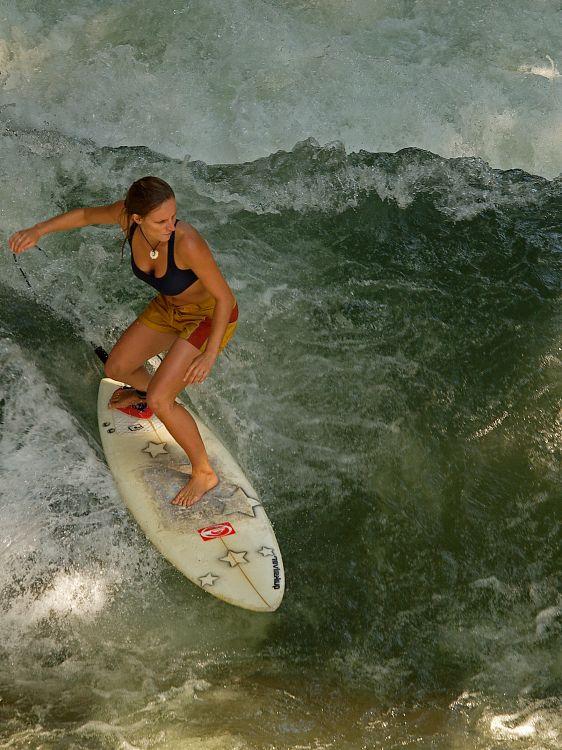 Surfen auf dem Eisbach in München
