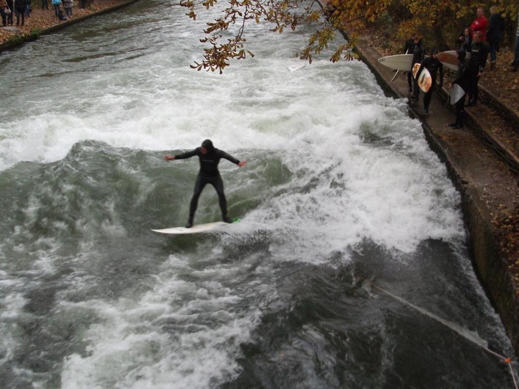 Surfen im Englischen Garten in München