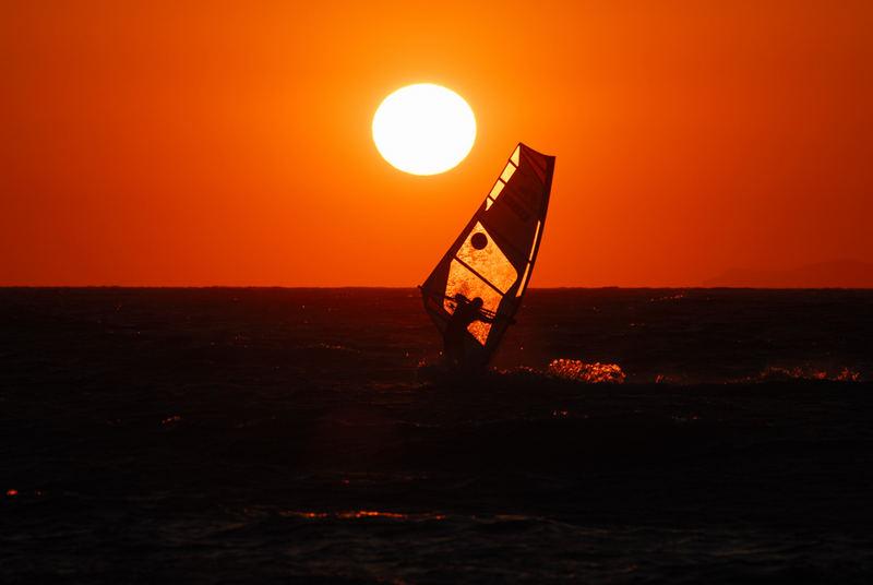 Surfen im Licht der untergehenden Sonne