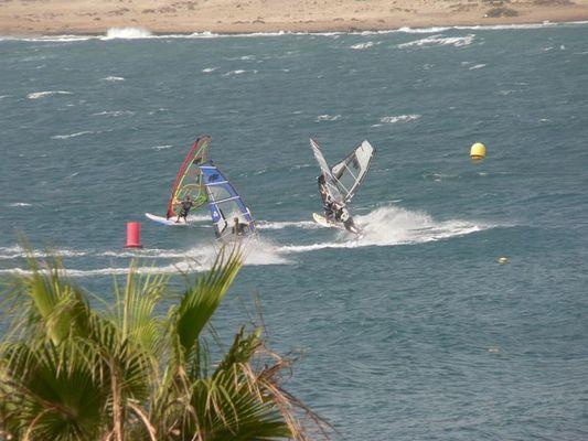 Surfer an der Mola von El Medano