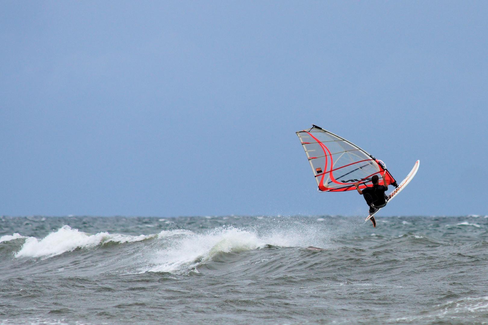 Surfer vor Bornholms Superstrand Dueodde