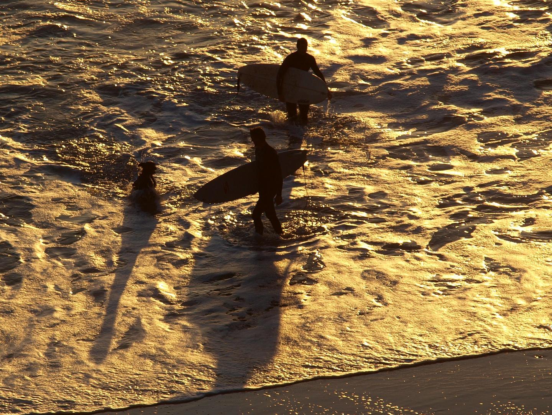 Surfers al atardecer