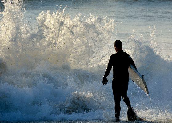 Surfeur au bord de l'eau