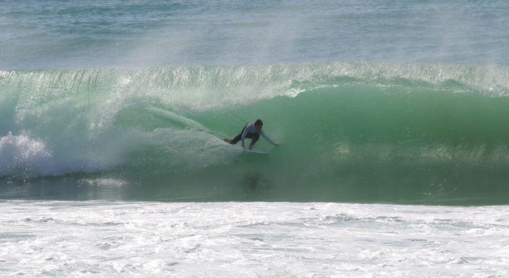 Surfeur dompte une vague