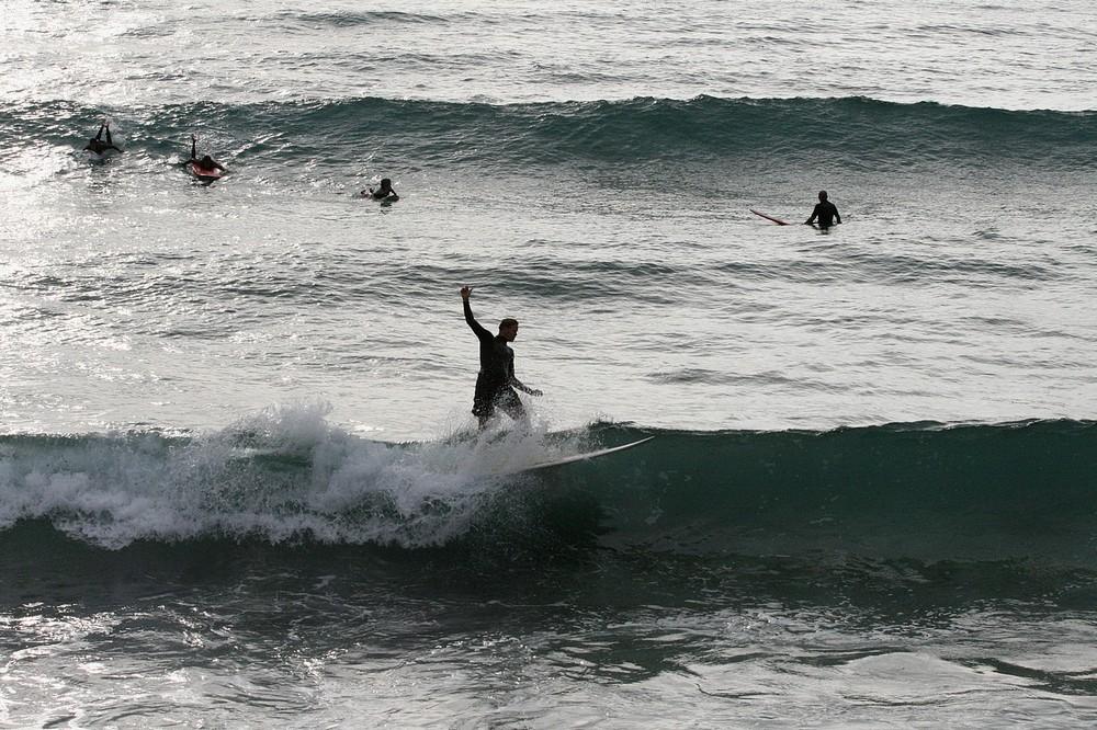 Surfeurs à Biarritz en début de soirée