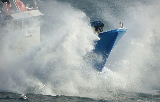 surgiendo de las olas
