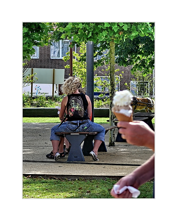 ... surprise surprise, here comes the ice cream cone ... (die unerwartete Erscheinung)