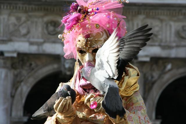 Susi avec les célèbres pigeons de la Place St marc à Venise