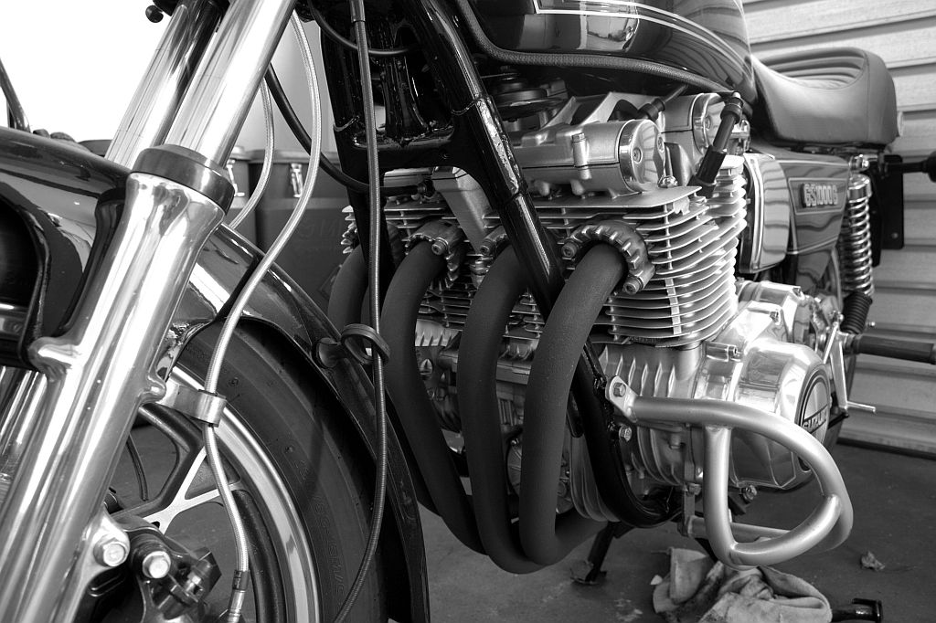 Suzuki in Schwarz/Weiß