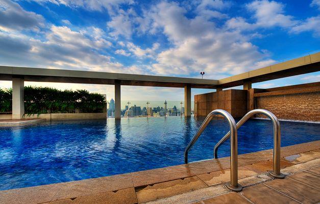 swimming pool mit skyline