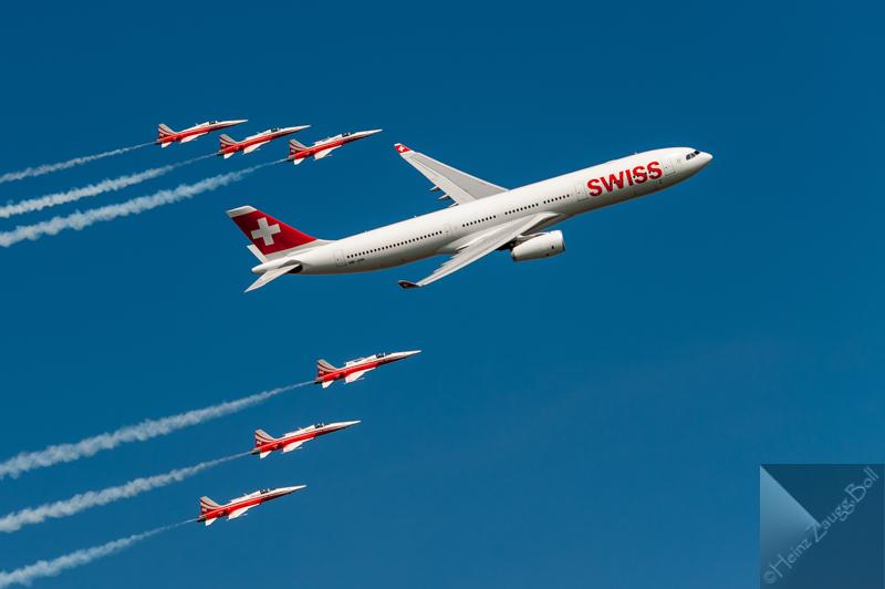 Swiss A-330 in begleitung der Patrouille Suisse