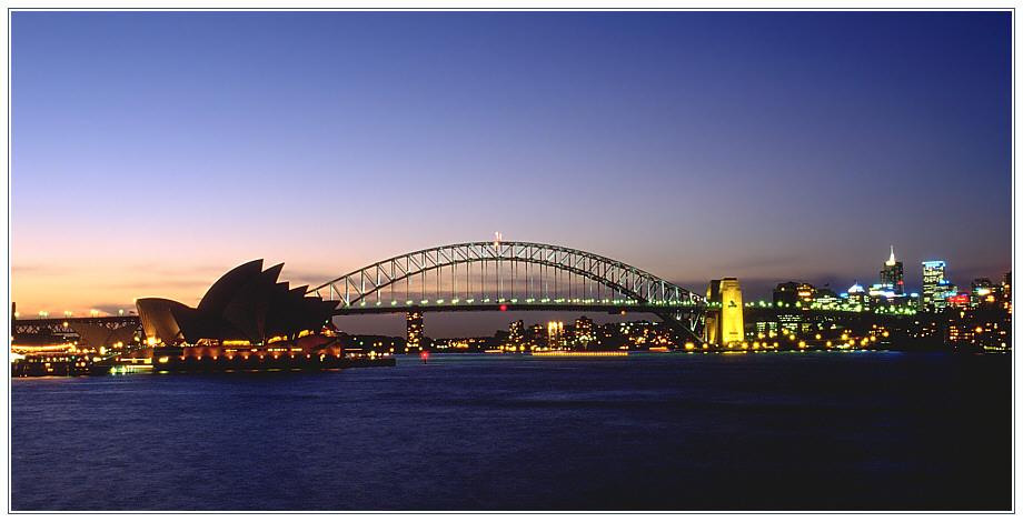 Sydney Opera House und Sydney Harbour Bridge in der Abenddämmerung