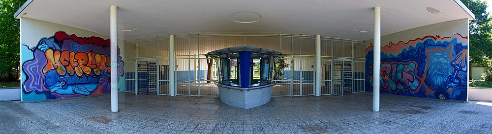 Symmetrie - Haupteingang des Freibades auf der Maarau