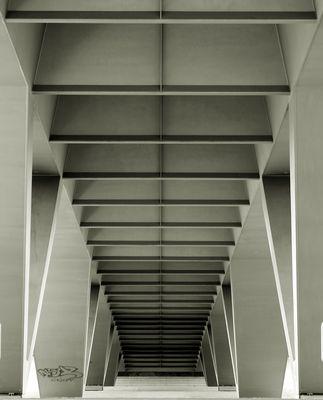 symmetrie unter der brücke