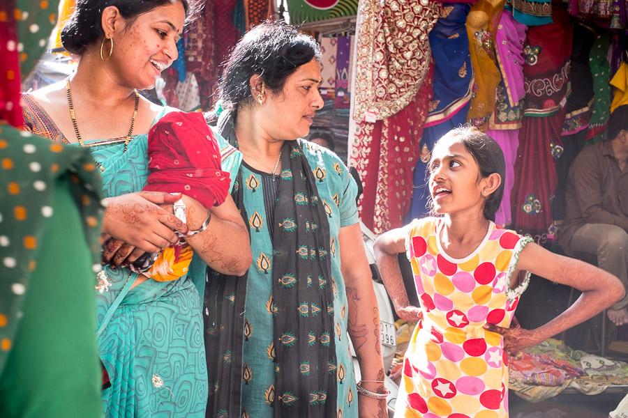 Szene auf einem Markt in Ahmedabad