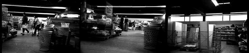 Szenen: Ein Einzelhändler gibt auf, die Waren werden verramscht
