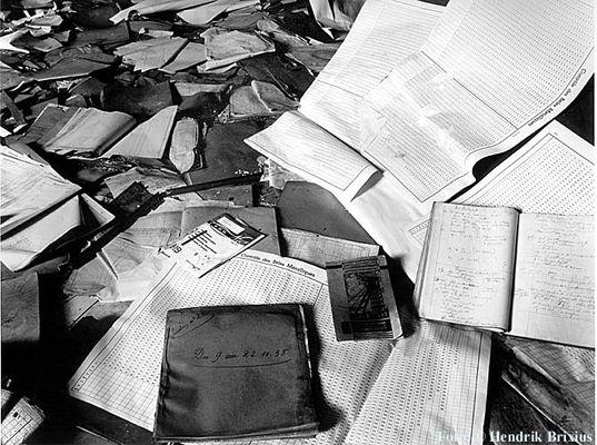 Tabellen und Notitzbücher in einer verfallenen Industrieanlage