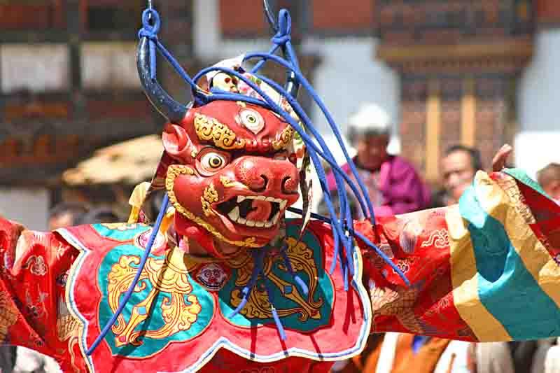 Tänzer beim Pharo-Tsechu (traditionelles Fest mit rituellen Tänzen) im April 2006 in Pharo/Bhutan.