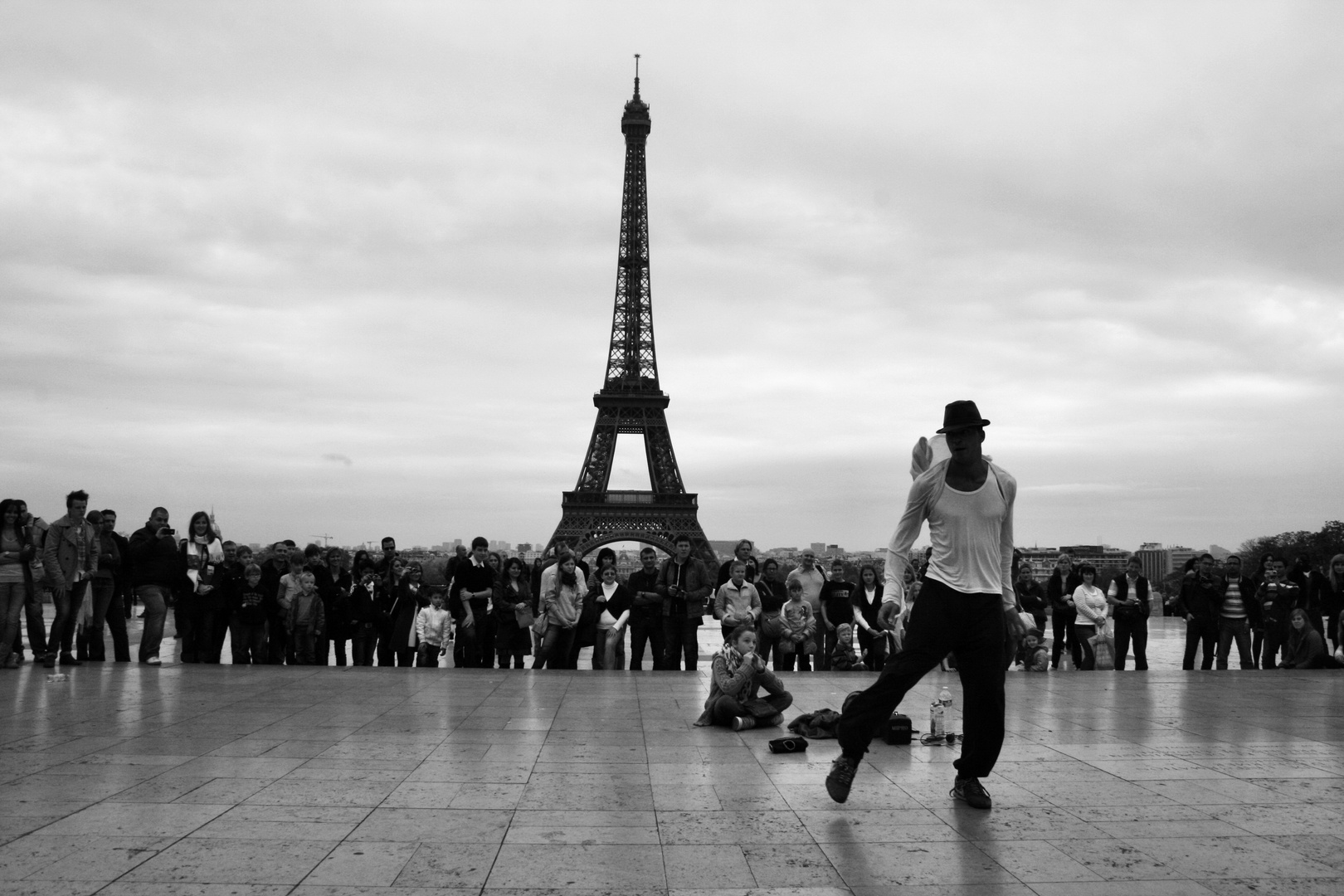 Tänzer vor dem Eifelturm