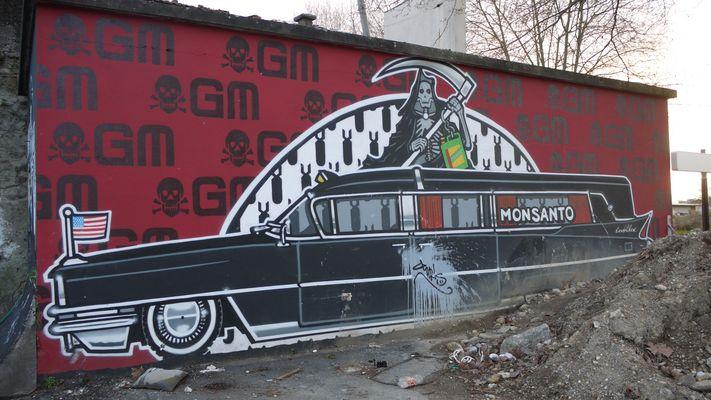 Tag anti- OGM Monsantos-Bordeaux- près du pont d'Aquitaine rive-droite. Une belle Cadillac !