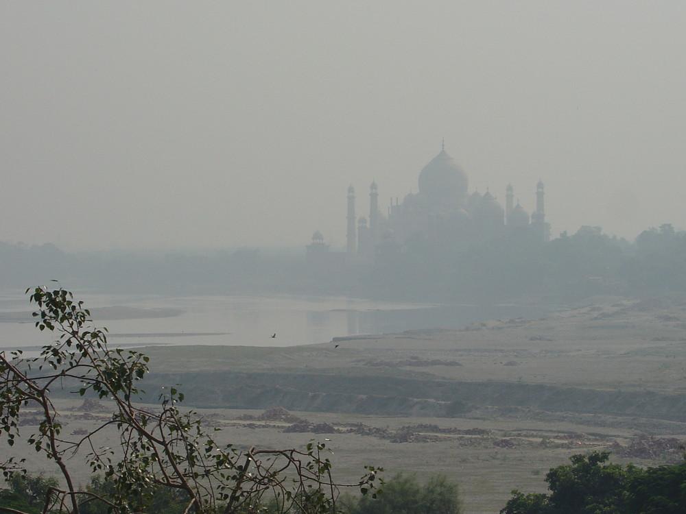 Taj Mahal en la niebla
